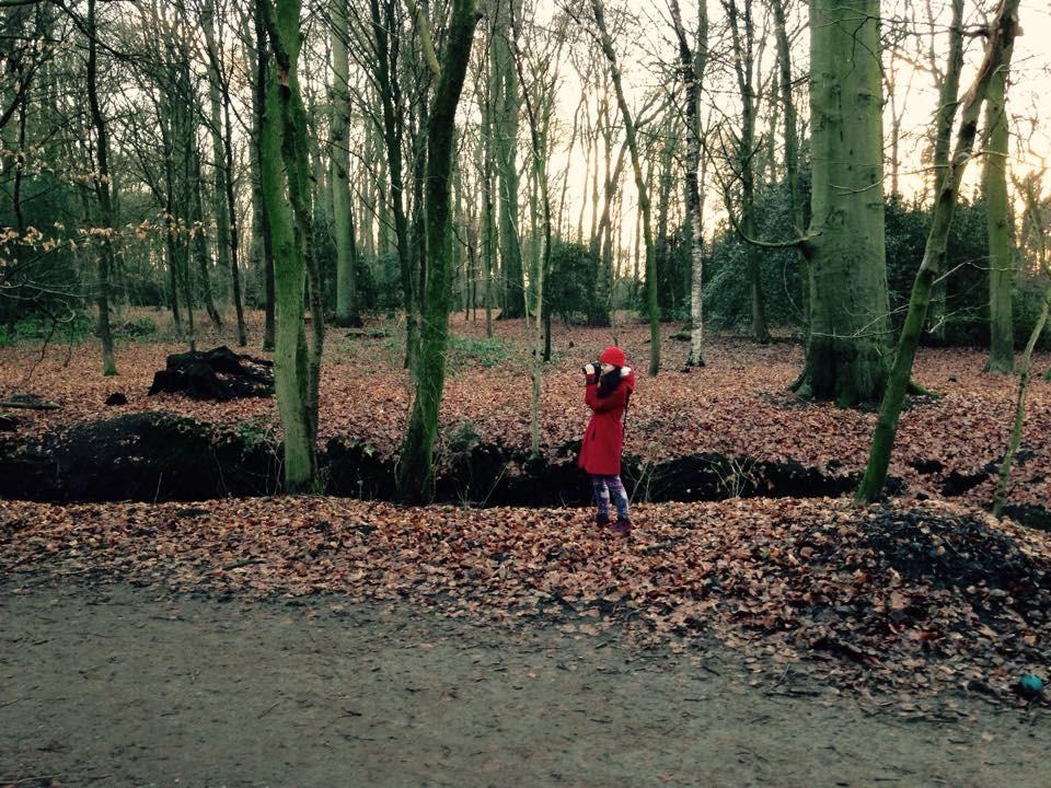 Bettina auf der Suche nach dem passenden Foto im Eversten Holz
