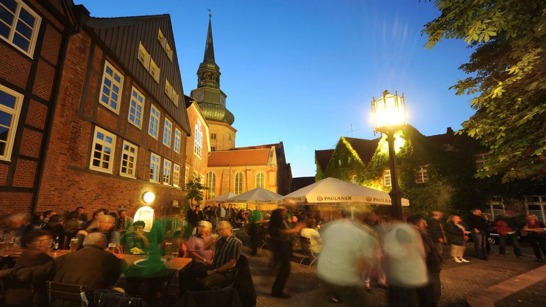"""Sie sorgt jedes Jahr für eine besondere Atmosphäre in Stades Altstadtgassen: Die """"Lange Nacht"""". © STADE Tourismus-GmbH/Martin Elsen"""