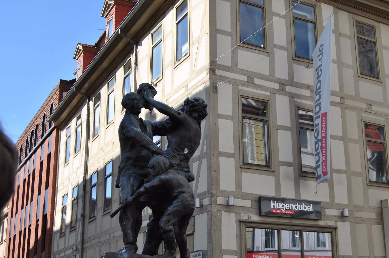 """Den """"Nabel"""", ein zentraler Kreuzungspunkt in der Göttinger Fußgängerzone, kennzeichnet die Skulptur """"Der Tanz"""" von Bernd Altenstein (1982) © Michaela"""
