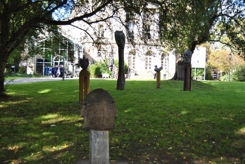 Vor dem Deutschen Theater stehen seit 1994 sechs Skulpturen von Uwe Schloen © Michaela