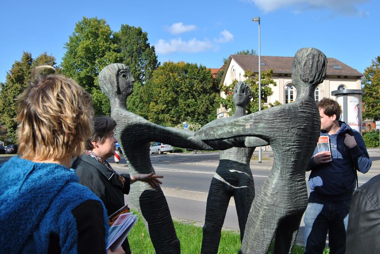 """""""Verbundenheit"""" heißt die Bronzeskulptur von H. D. Wüpper auf dem Hiroshimplatz vor dem Neuen Rathaus © Michaela"""