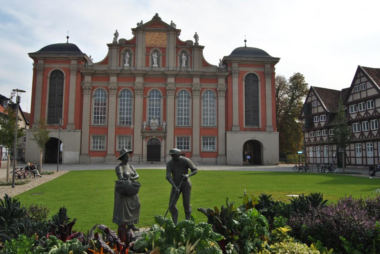 die Wolfenbütteler St. Trinitatiskirche mit dem Gärtnerdenkmal - das Gemüse davor darf gern geerntet werden ;-) © Keno