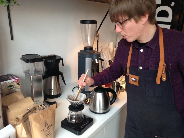 Achim Barghorn bei der Zubereitung eines Filterkaffees.