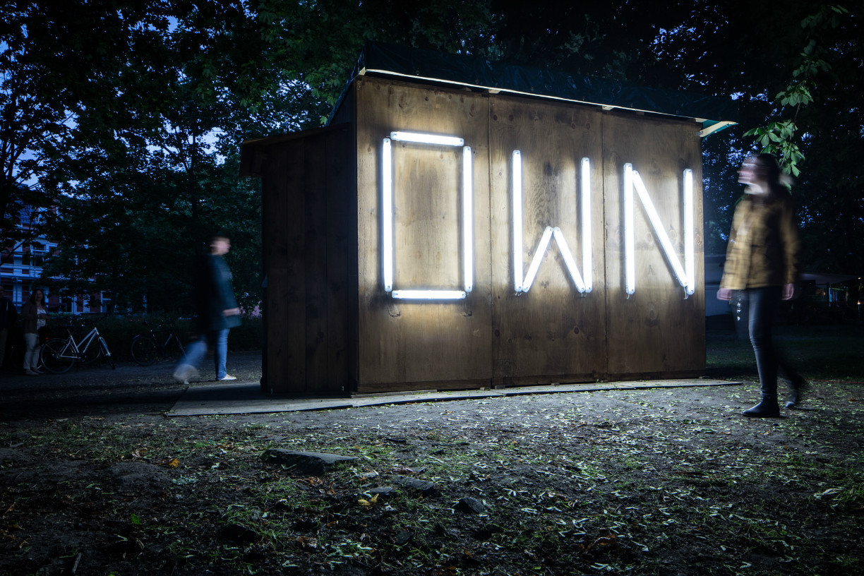 """Andreas Fischers Installation """"OWN-AUS"""" leuchtet am Petritorwall in die Nacht. Foto: Braunschweig Stadtmarketing GmbH/Marek Kruszewski"""
