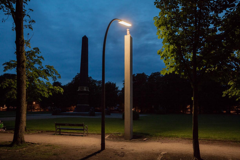 """Die """"Solarkatze"""" von Michael Sailstorfer starrt unentwegt in die Straßenlaterne im Park am Löwenwall. Foto: Braunschweig Stadtmarketing GmbH/Marek Kruszewski"""