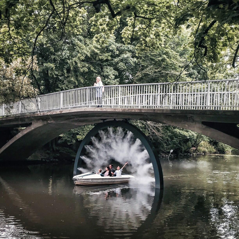 """""""Flashback"""" heißt die Arbeit von Danica Dakić. Durch die Spiegelung auf der Oker und die geschwungene Brücke sieht das Kunstwerk aus wie ein Auge."""