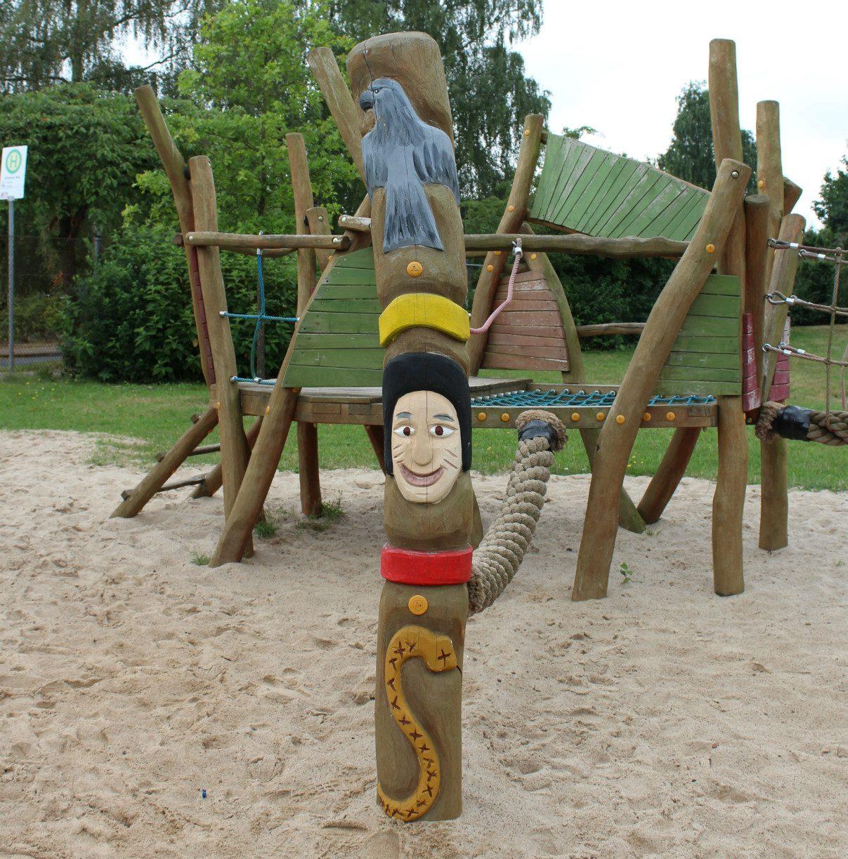 Stilechter Marterpfahl auf dem Indianerspielplatz. Foto: Angelika Revermann