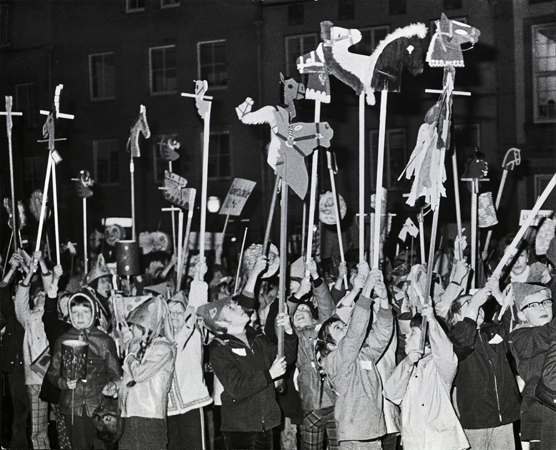 1970 - Die Jungs haben Steckenpferde, die Mädchen leuchten mit ihren Laternen. Foto (c) Medienzentrum Osnabrück