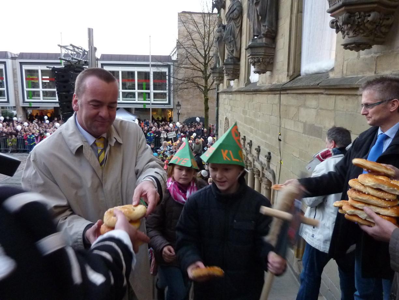 Der ehemalige Oberbürgermeister Pistorius überreicht die Brezel. Foto (c) Sven Christian Finke-Ennen