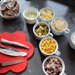 Alle Zutaten für den Heringssalat in den Tassen für den 7-Tassen-Salat