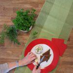 Der 7-Tassen-Salat wird auf dem Teller angerichtet