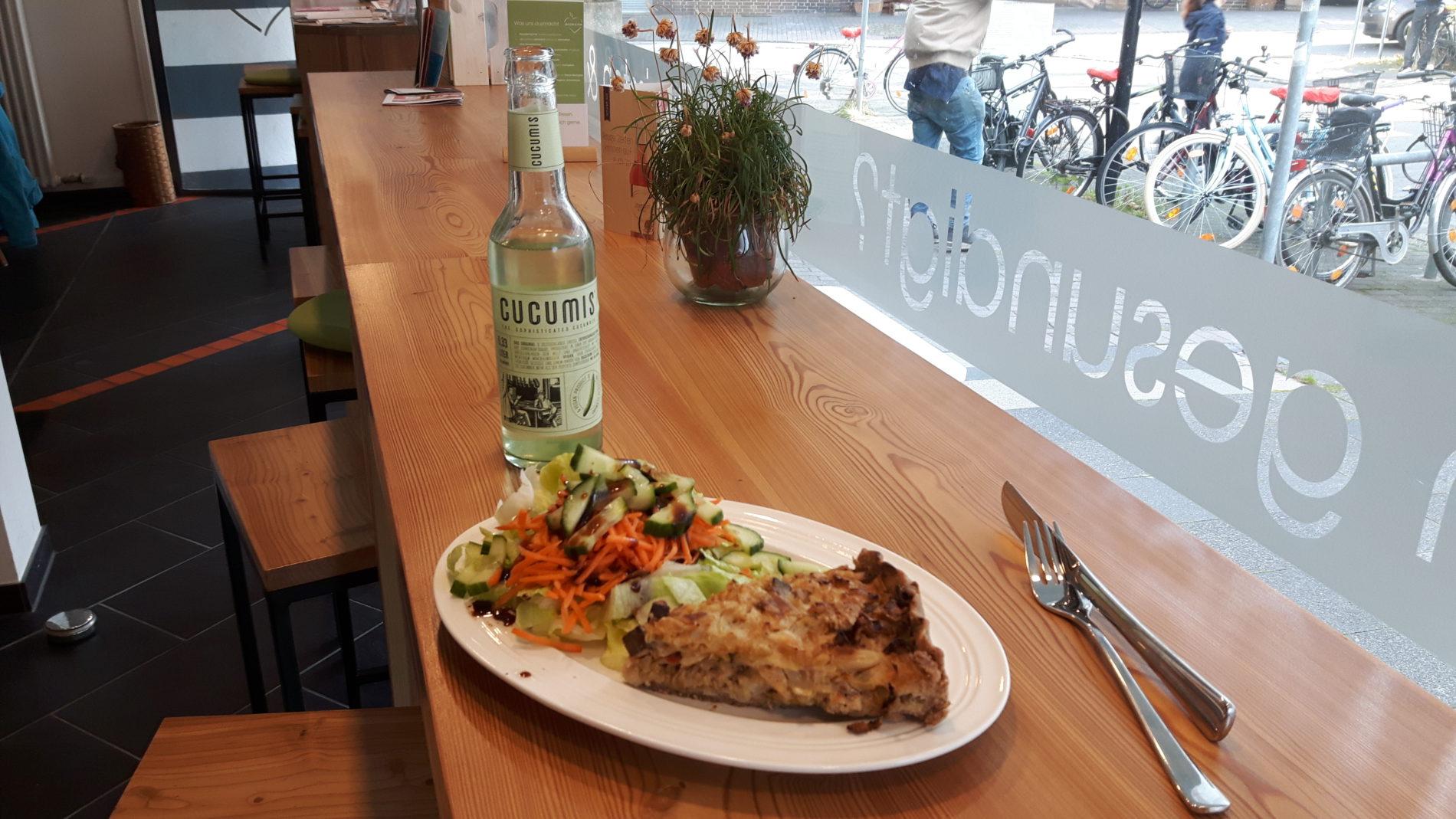 Alles bereit für die Mittagspause - ein Teller mit Quiche und Salat sowie eine Gurkenlimonade (c) Keno Hennecke