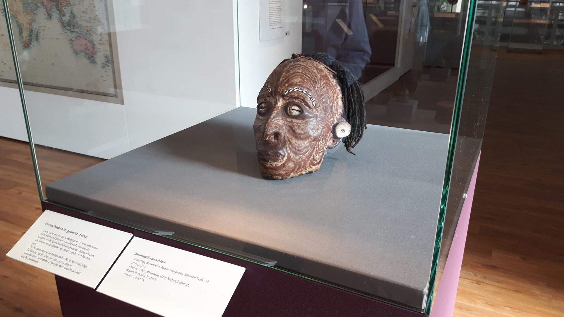 Ein mystisch bemalter Kopf in einer Vitrine - Objekt aus der Südsee (c) Keno Hennecke