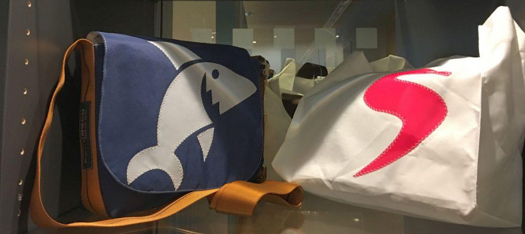 zwei Taschen aus Segeltuch