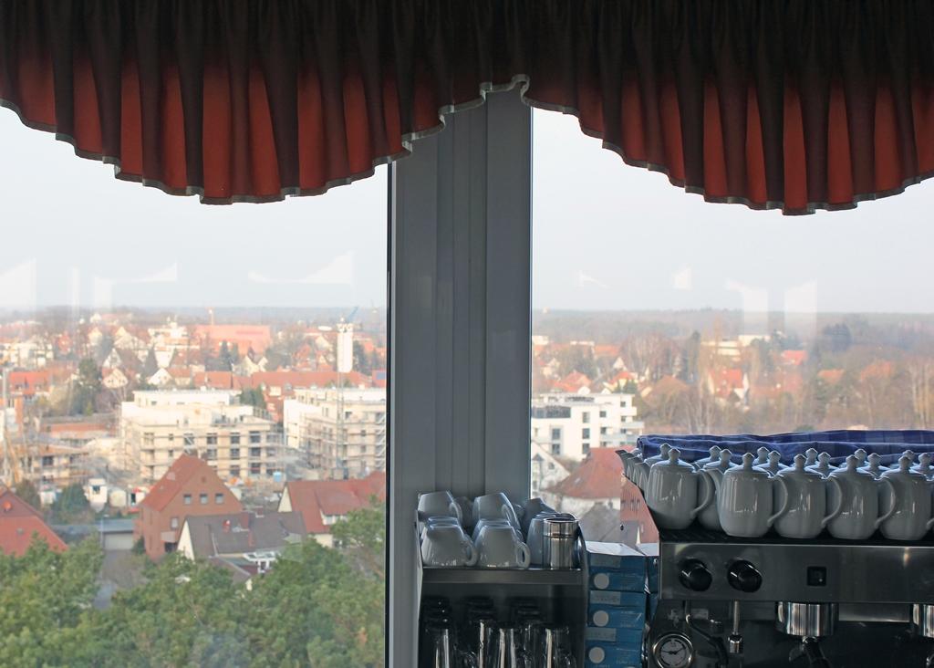 Blick aus dem Fenster des Panoramacafés im Gifhorner Wasserturm mit Kaffeestation.