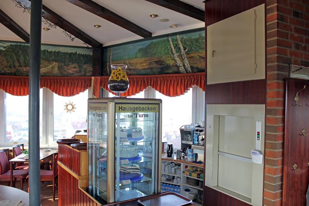 Tortenvitrine im Panoramacafé im Gifhorner Wasserturm.